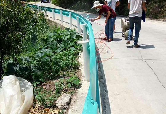 乡村公路喷塑波形护栏安装案例